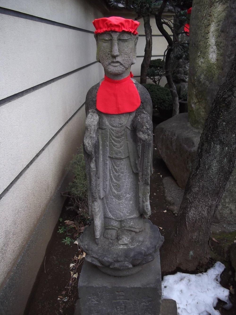 Một trong những bức tượng ở cổng