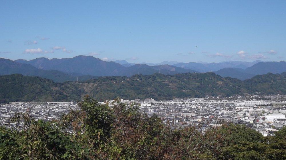 Những ngọn đồi trải dài ra xa
