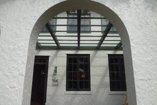 白壁と開口部のアーチが美しいスパニッシュスタイル