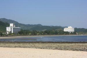 Vue depuis l'île d'Aoshima (la tour circulaire est bien visible)
