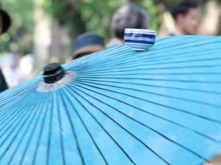 Cangkir bergerak seimbang di atas payung