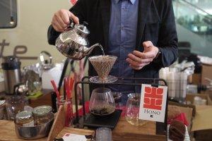 Hono - brewing coffee