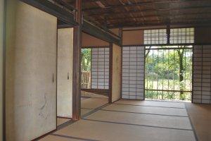 Estampes sur panneau et intérieur dans un pavillon