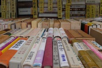東陽堂書店門口的舊書