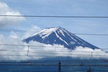 전선이 후시 산과 묘한 병렬을 이룬다