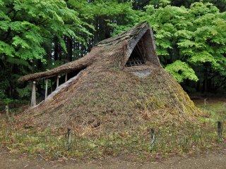 Pengunjung dapat memasuki struktur era Jomon ini