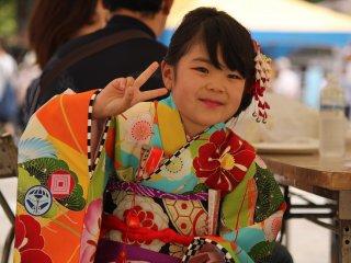 Una niña con la vestimenta tradicional.