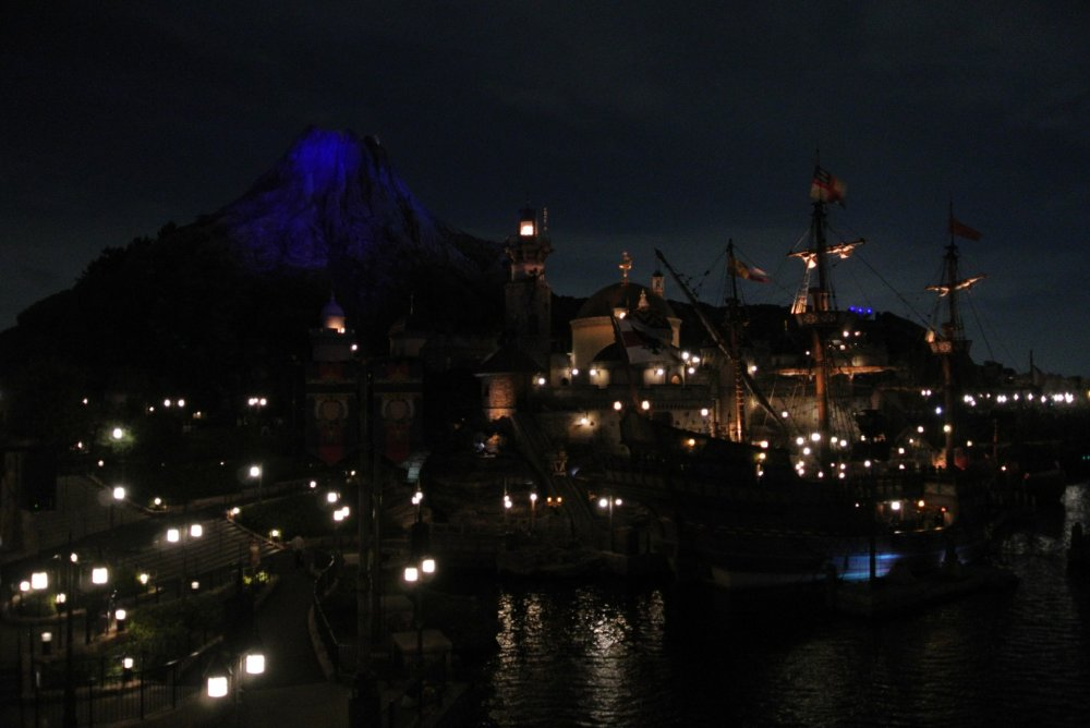 Gunung Prometheus dilihat dari sebrang pelabuhan