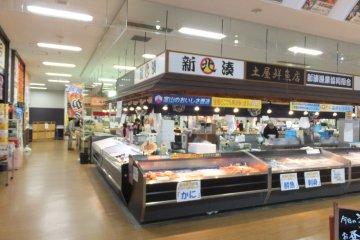 Dentro del mercado de pescado de Toyama