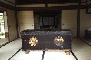 Un coffre dans l'ancienne maison d'un chef de la famille Ito