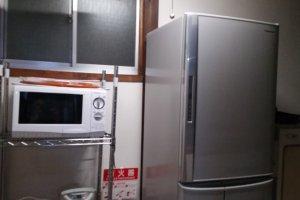 Lemari pendingin dan microwave untuk para tamu