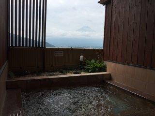 Le onsen extérieur avec la vue sur le Mont Fuji