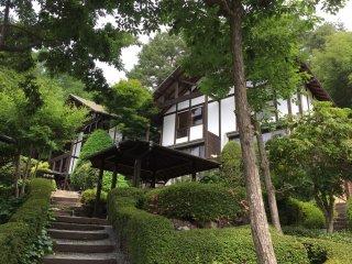 Les cottages sont répartis dans la colline
