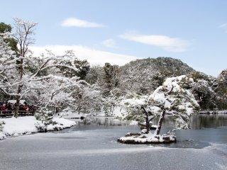 Les paysages alentours recouverts de neige sont tout simplement magnifiques