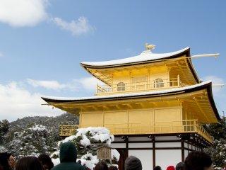 Le contraste entre l'or étincelant avec la neige blanche et le ciel bleu azur vu de plus près