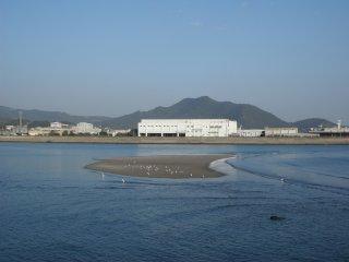 Pabrik-pabrik yang terlihat di belakang