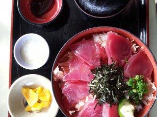 Menu makan siang di sebuah restoran yang ada di pasar/pusat penanganan ikan