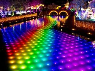 강에 무지개 색깔의 조명
