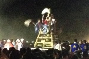 Huge Tezutsu cannon mounted on portable frames are carried into the arena.