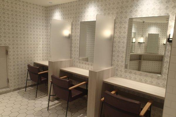 Khu vực trang điểm bên trong một nhà vệ sinh nữ tại một khu trung tâm mua sắm ở Shibuya