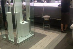 Một khu trang điểm sang trọng bên trong nhà vệ sinh nữ