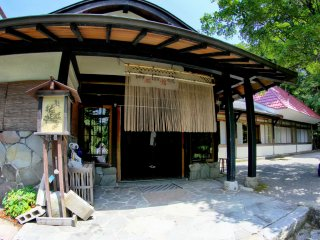 Pintu masuk ke restoran lokal di bawah Gunung Daisen