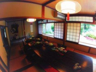 Ruang makan di dalam restoran