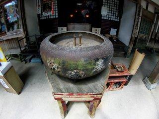 Kendi hias antik di depan kuil