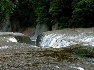 A água parece fluir para um buraco no leito do rio