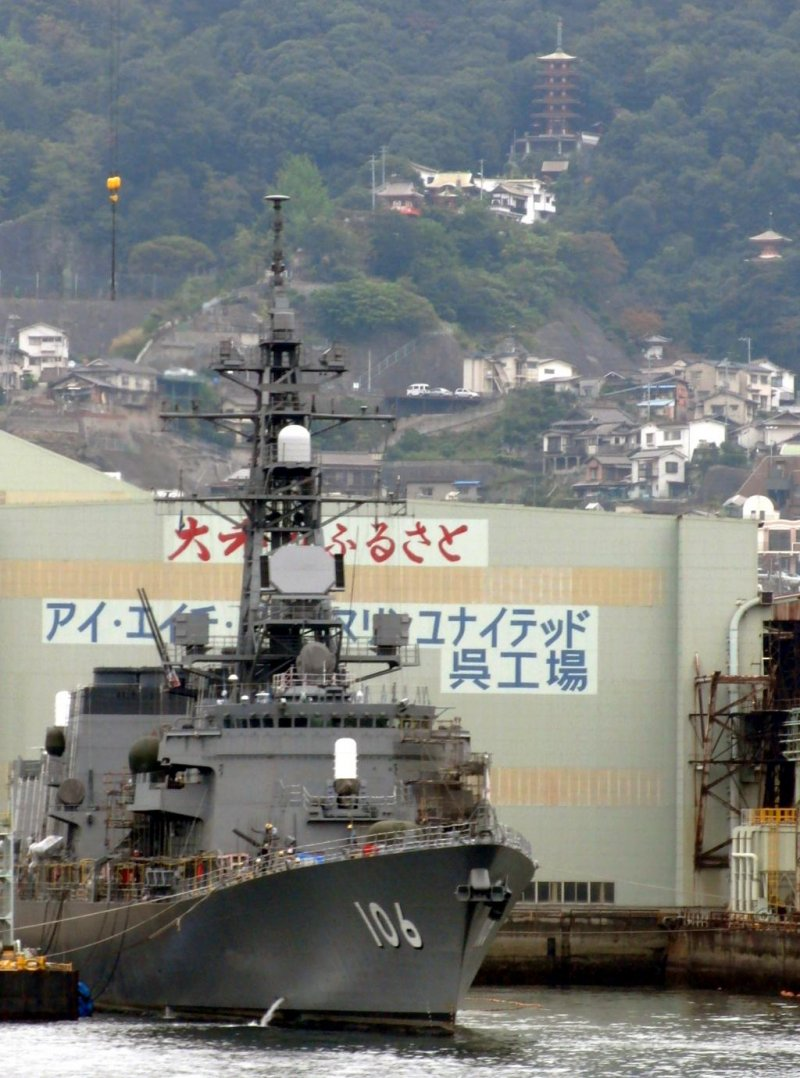 <p>As you steam into Kure Port, you can see Mangan-ji Temple beyond the warships</p>
