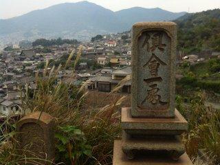 Поднимаясь к храму я потерялся на кладбище с могилами, окрашенными в ржавый цвет