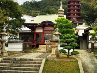 Территория храма выглядит убранной и весьма интересной
