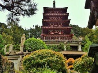Пагода построена недавно и сделана из бетона