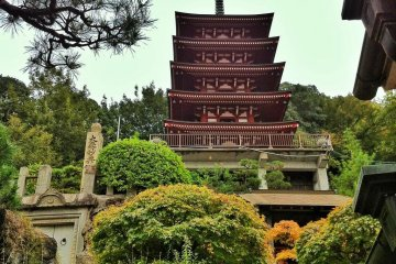 <p>The pagoda itself is modern and made of concrete</p>