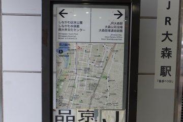 車站前就有一個巨大指標指引方向,您不會迷路