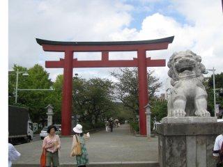 Tượng Komainu mở miệng nghĩa là 'Khởi đầu'. Kamakura Komainu.