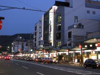 ความมืดมิดในเมืองเกียวโตถูกแต่งแต้มด้วยแสงสีจากโคมประดับและป้ายไฟของร้านรวงต่างๆ
