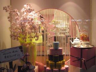 Cửa hàng được trang trí để chào đón mùa xuân