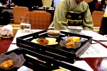 <p>เราได้รับการต้อนรับจากโอะกะมิ-ซาน (เจ้าของ) ของร้านอาหาร</p>