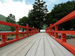 Đi trên cây cầu đỏ