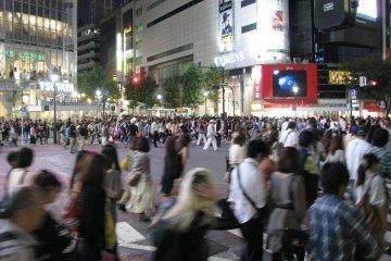 Кажется, что пересекаются тысячи людей...