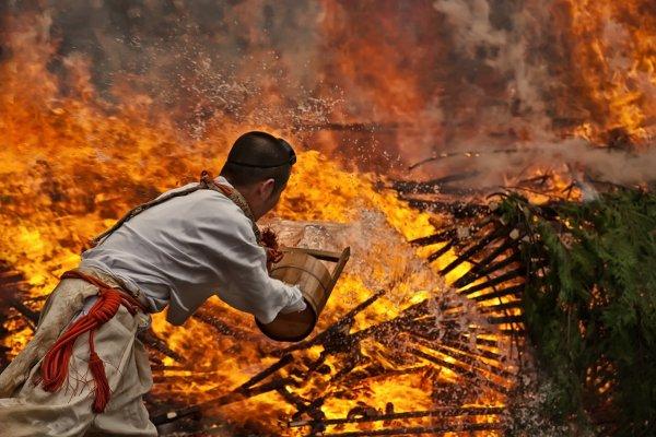 Chuẩn bị bước đi trên lửa tại núi Takao
