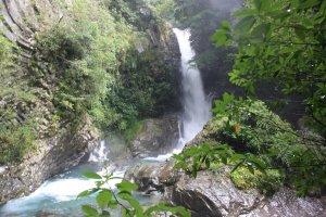 La première cascade Kama-daru donnt l'ambiance