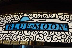 ตู้รถไฟชื่อดวงจันทร์สีฟ้า ให้บรรยากาศสบายๆ ของห้องนั่งเล่นและบาร์