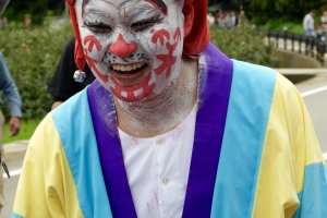 Pemimpin festival yang berpakaian seperti badut