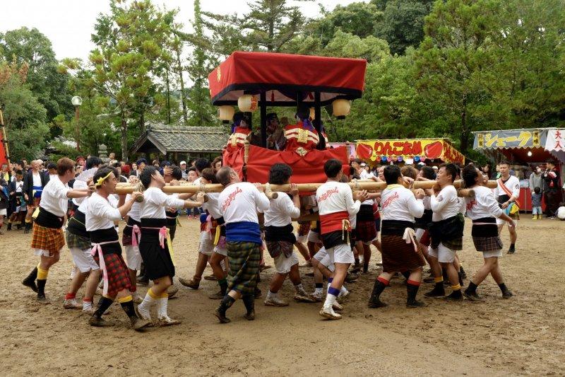 요쓰다이코 운반 (4명의 아이가 북을 치는 목조 운반체)