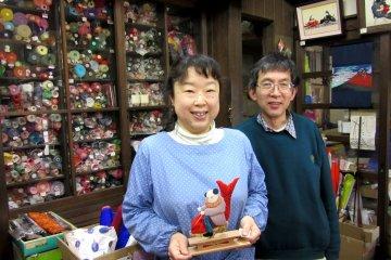 Сын Мимура и его жена сохраняют традиции осиэ и студию в настоящее время.
