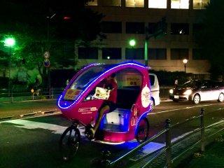夜の横浜シクロポリタン・タクシーはカラフルだ