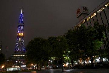 Ночью, расположенная в западной части парка телевизионная башня Саппоро освещает небо
