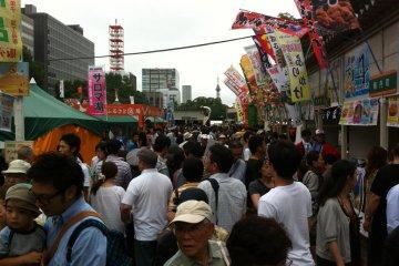 Толпа посетителей в поисках съестного на сентябрьском Осеннем фесте